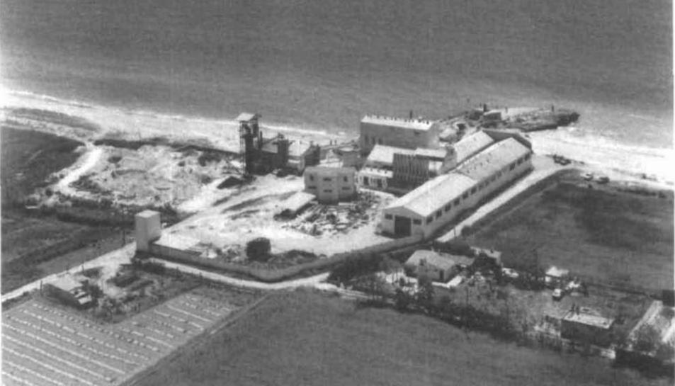 L'antiga fàbrica de la Roca de Gaià en una imatge del 1982.