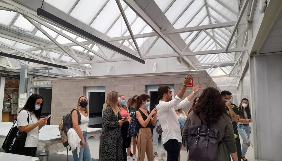 Imatge de la visita d'alguns alumnes de l'Escola d'Art i Disseny de Reus al nou equipament local.