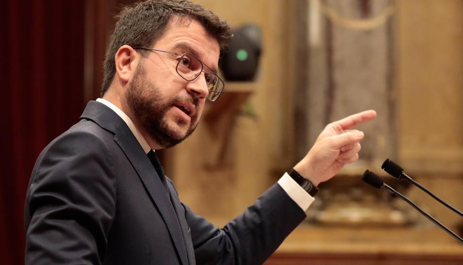 El president de la Generalitat, Pere Aragonès, gesticula mentre parla al debat de política general.