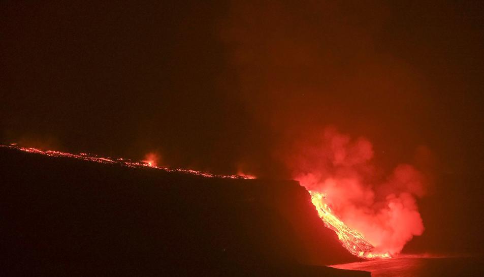 Imatge de la lava arribant al mar.
