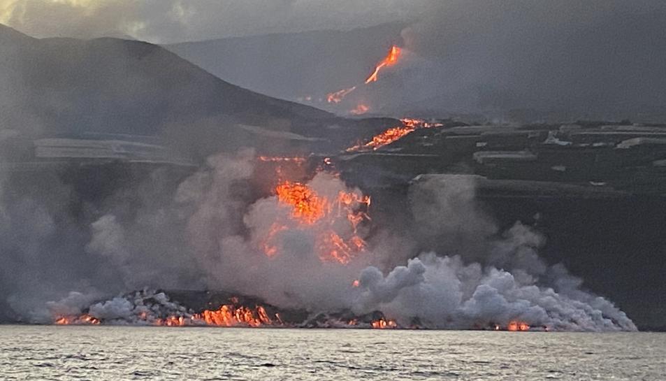 Imatge de la lava arribant al mar, aquest matí.