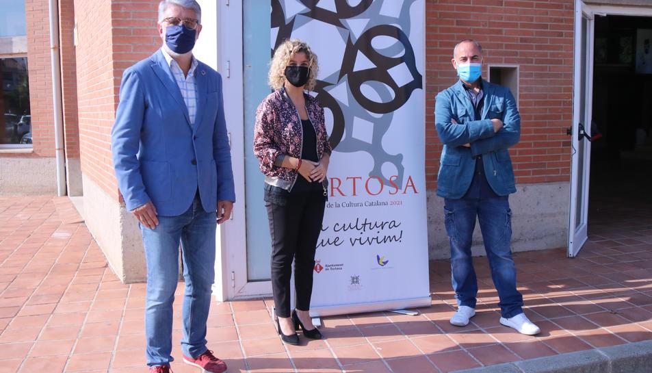 El regidor de Cultura de l'Ajuntament de Tortosa, Enric Roig; l'alcaldessa, Meritxell Roigé; i el coreògraf i ballarí Roberto Olivan.