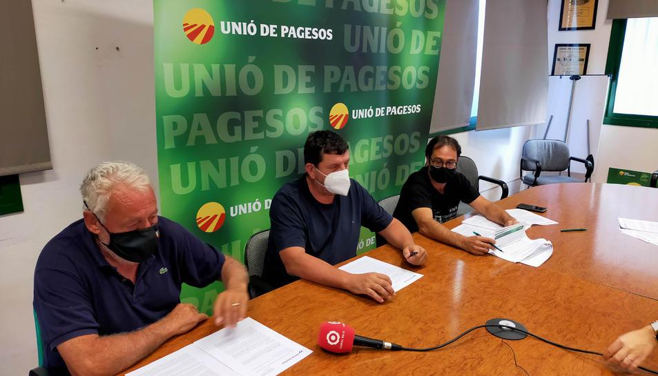 Pere Guinovart, coordinador d'Unió de Pagesos al Camp de Tarragona, Miquel Piñol, de la comissió permanent nacional, i Ernest Cubells, coordinador comarcal a la Ribera d'Ebre.