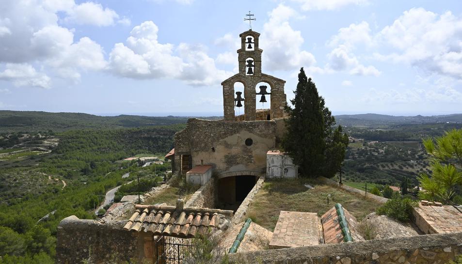 L'església i campanar de Sant Miquel de Vespella de Gaià.