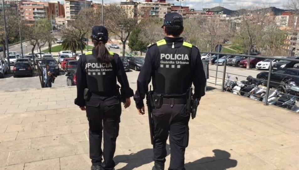 Dos agents de la Guàrdia Urbana de Badalona.