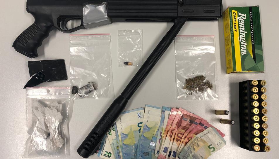 Detall de les drogues i armes intervingudes pels Mossos d'Esquadra en un vehicle aturat en un control de pas a Subirats.