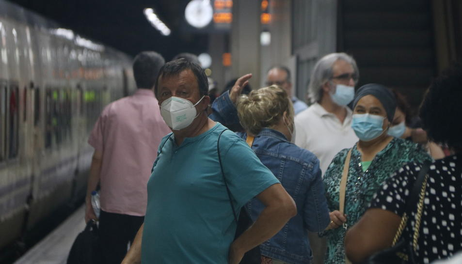Un passatger esperant el seu tren a l'estació de Sants, durant la vaga que han convocat els maquinistes del Semaf.