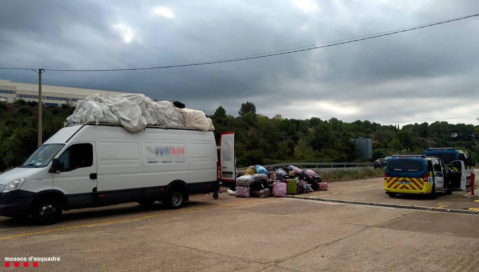 La furgoneta i el vehicle dels Mossos.
