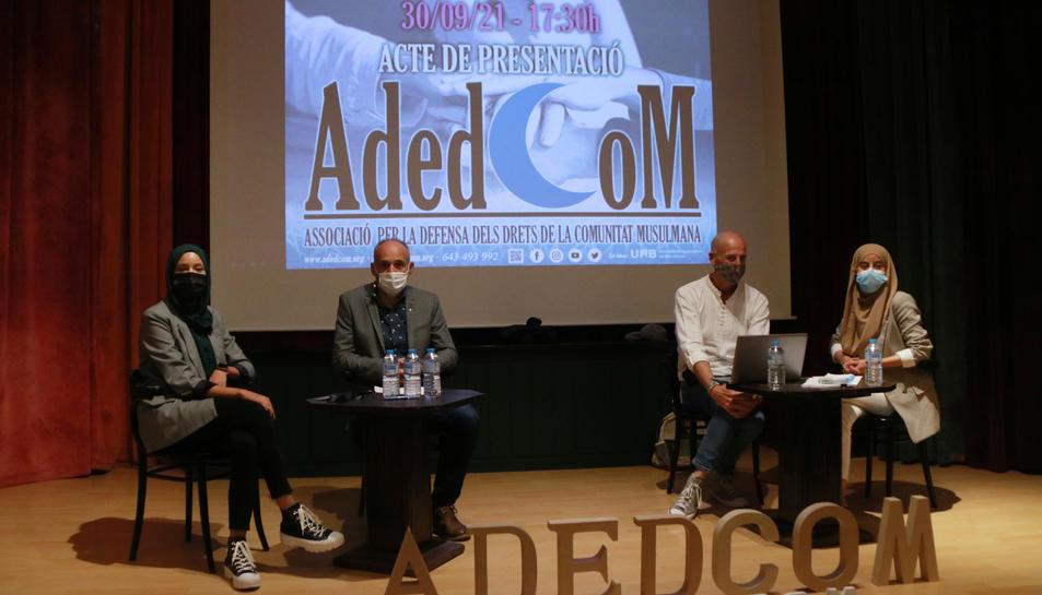 Pla general de l'acte de presentació de l'Associació per la Defensa dels Drets de la Comunitat Musulmana (ADEDCOM) al Centre de Lectura de Reus.