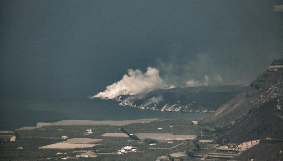 Imatge de la lava arribant al mar des del mirador del Charco.
