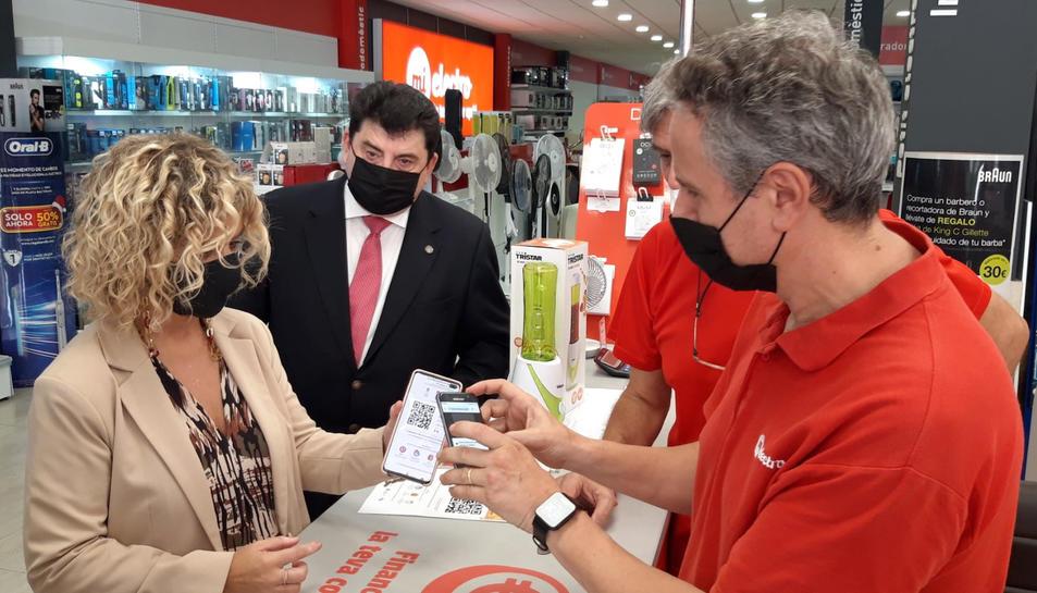Pla mitjà de l'alcaldessa de Tortosa, Meritxell Roigé, en un establiment adherit a la campanya comercial Bons Tortosa.