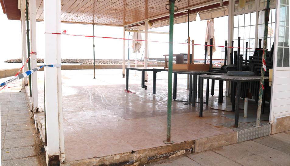 Primer pla de la terrassa del restaurant El Racó del Port de les Cases d'Alcanar, apuntalada i pendent de reconstruir-se.
