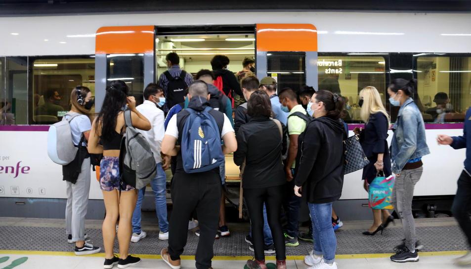 Un nombrós grup de gent intenta entrar a un tren en la segona jornada de vaga de maquinistes de Renfe a l'estació de Barcelona-Sants.
