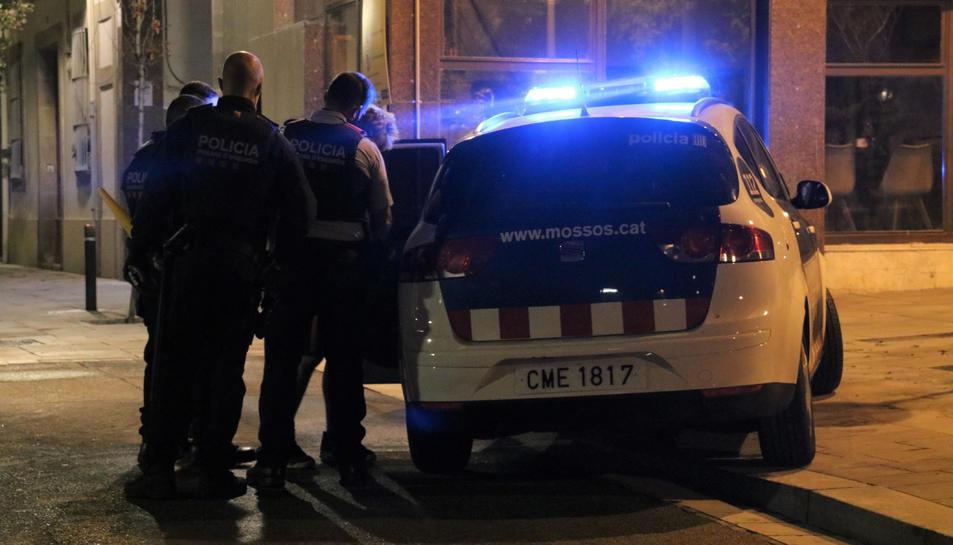 Els Mossos d'Esquadra detenint una persona al barri de Sarrià