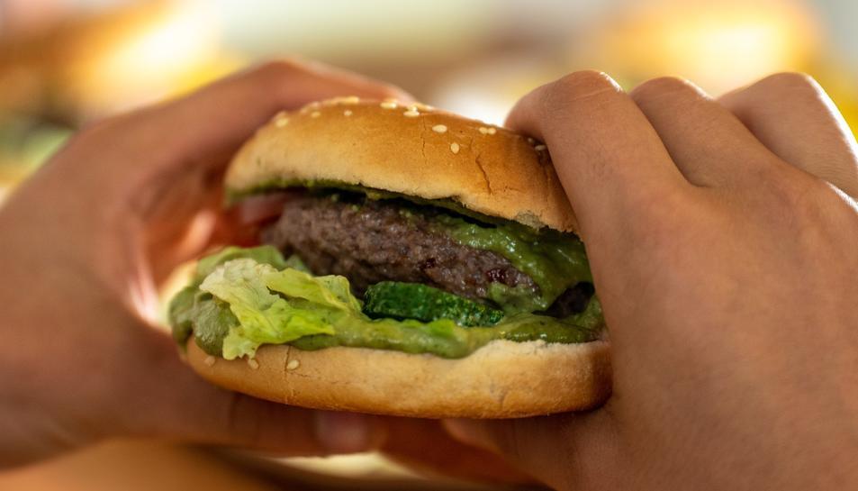 Imatge d'arxiu d'una persona menjant-se una hamburguesa.