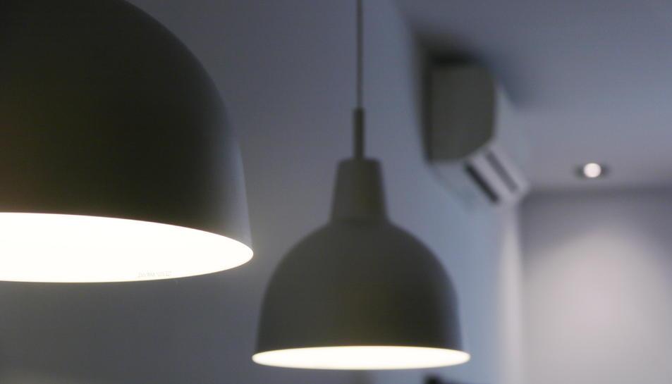 Dos llum encesos, amb altres electrodomèstics de fons.