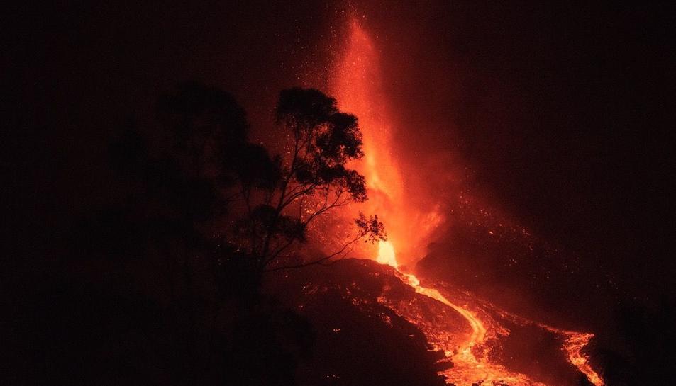 Imatge de la lava sortint del volcà.