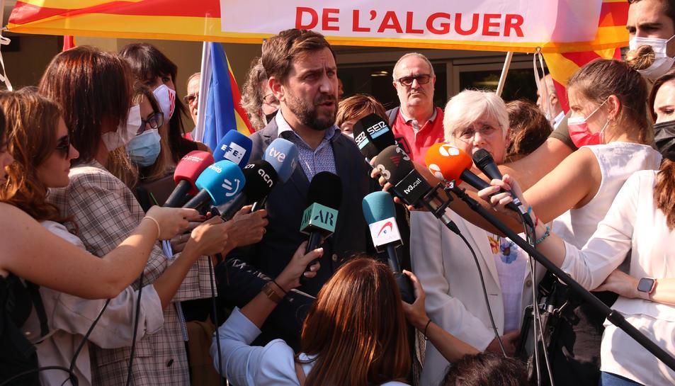 Els eurodiputats Toni Comín i Clara Ponsatí atenent els mitjans a Sàsser.