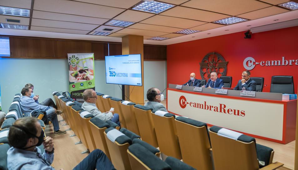 Imatge de la sessió monogràfica dedicada a la fotocatàlisi dins del cicle 'Esmorzars Cambra' a Reus.