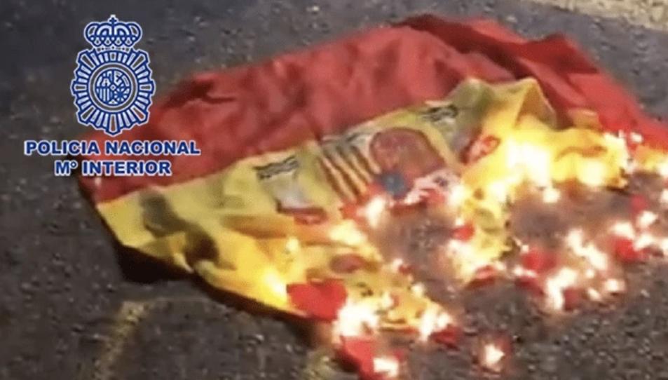 La bandera en flames.