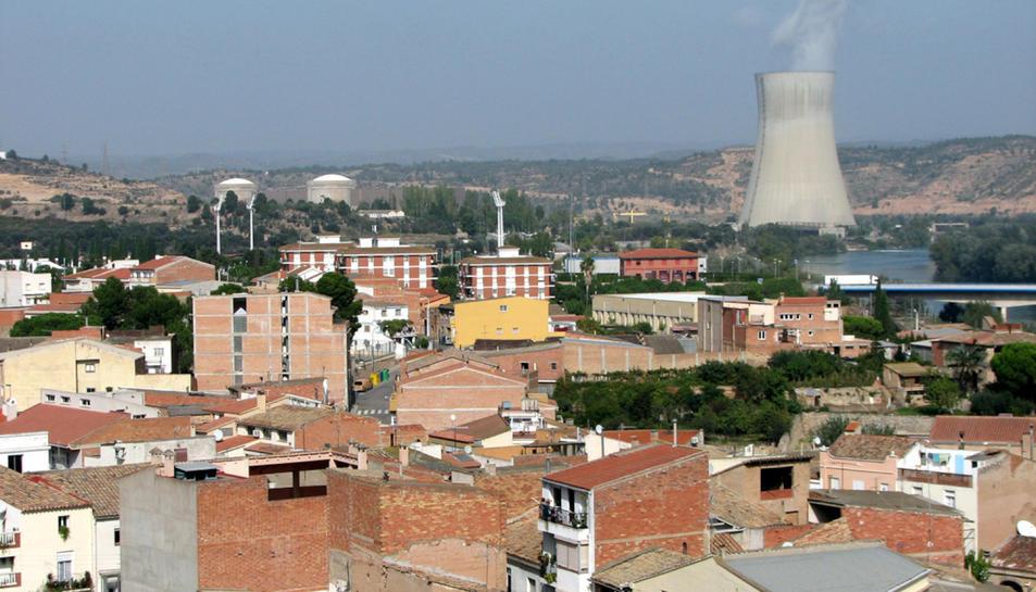 Imatge d'arxiu del municipi d'Ascó amb la xemeneia de la central nuclear al fons.