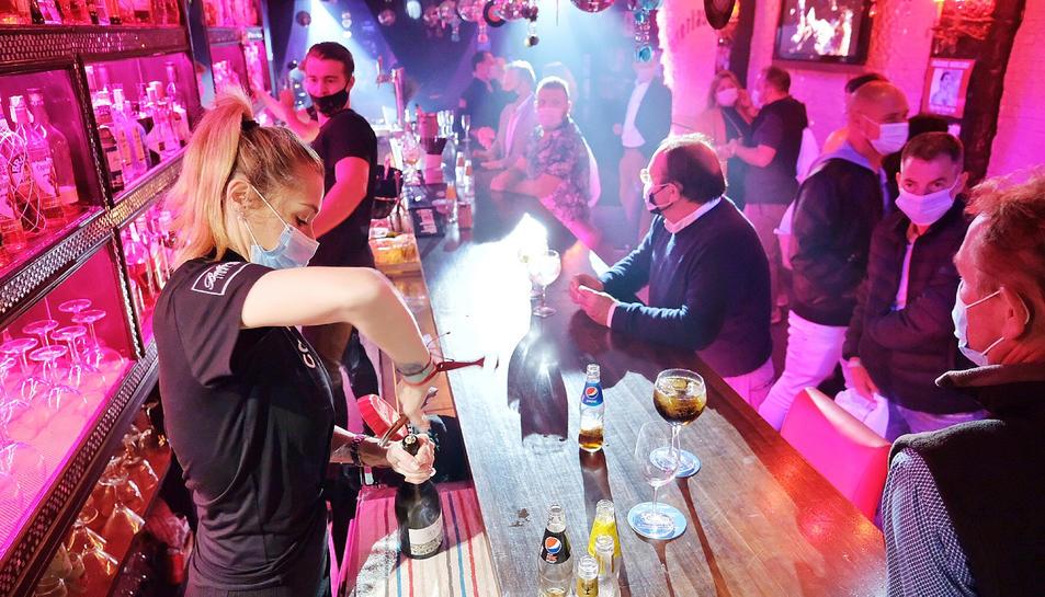 Una barra plena a l'interior d'un bar musical durant l'assaig clínic per a l'obertura de l'oci nocturn.