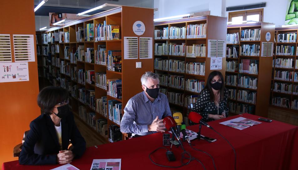 Pla obert de la presentació de les XVI Jornades de les Lletres Ebrenques a la biblioteca comarcal Sebastià Juan Arbó d'Amposta.