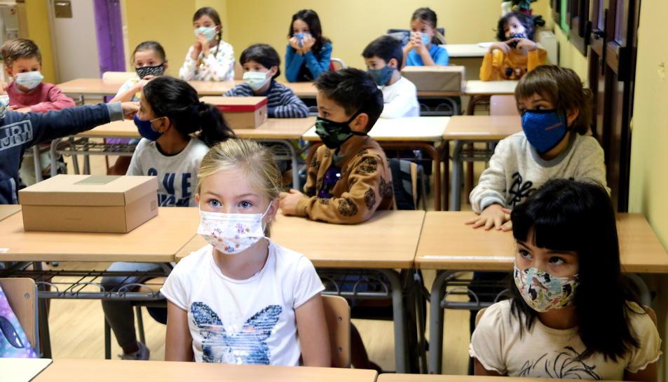 Panoràmica d'una aula amb tots els alumnes amb mascareta a l'escola de Salardú, a la Vall d'Aran.