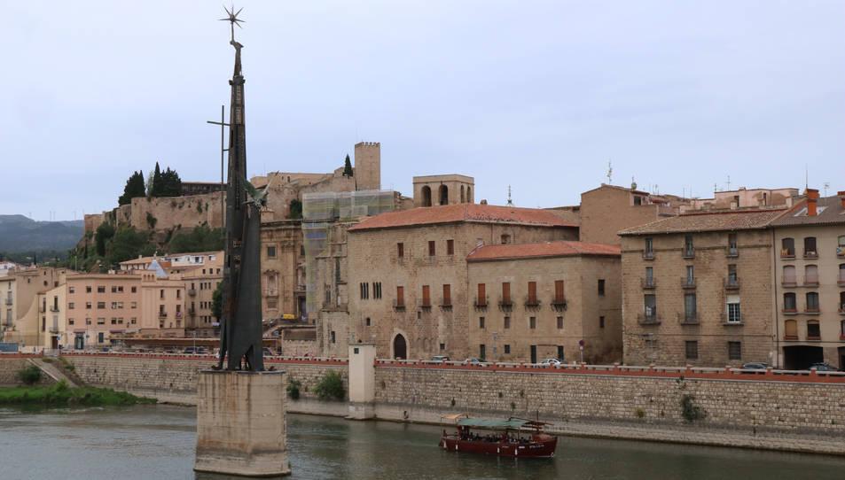 Pla general del monument franquista de l'Ebre a Tortosa.