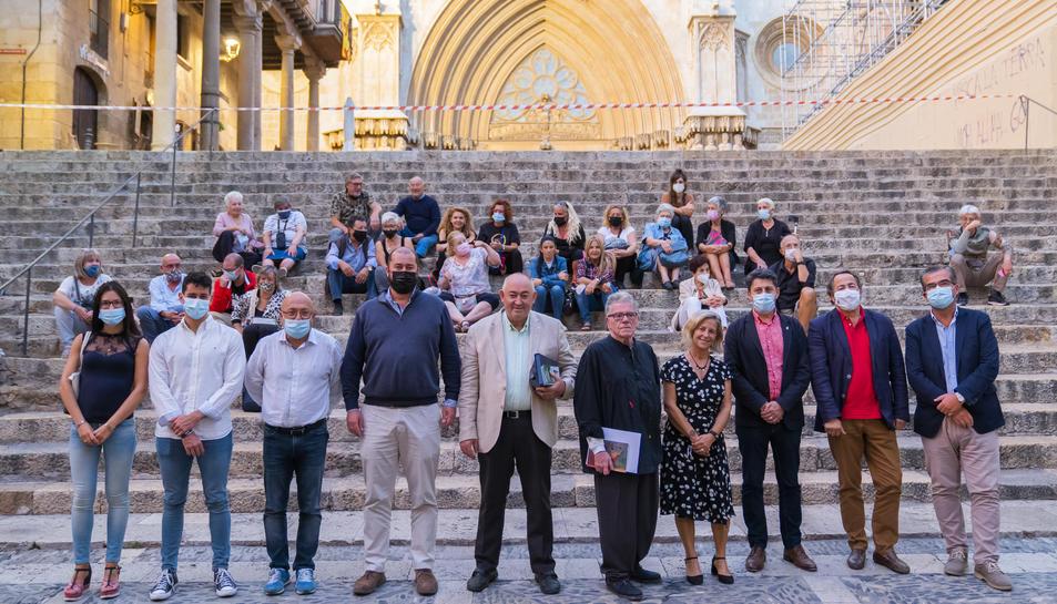 L'artista Josep Maria Rosselló (cinquè per l'esquerra) amb representants del barri i de l'Ajuntament de Tarragona, ahir, a la plaça de les Cols.
