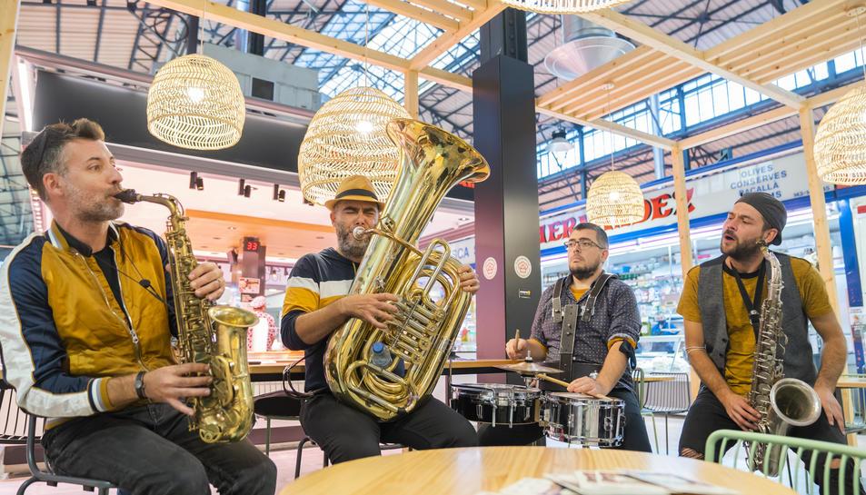 El grup musical dinamitzant la tarda d' ahir en un dels nous espais de degustació del mercat.