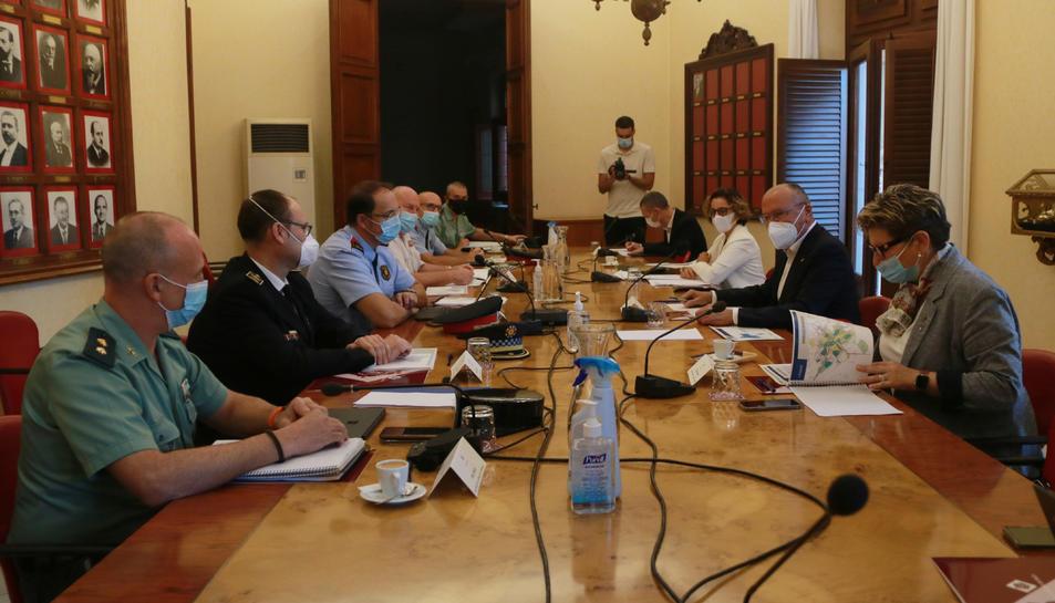 Pla general de l'inici de la Junta Local de Seguretat de Reus, amb els principals representants dels cossos policials.