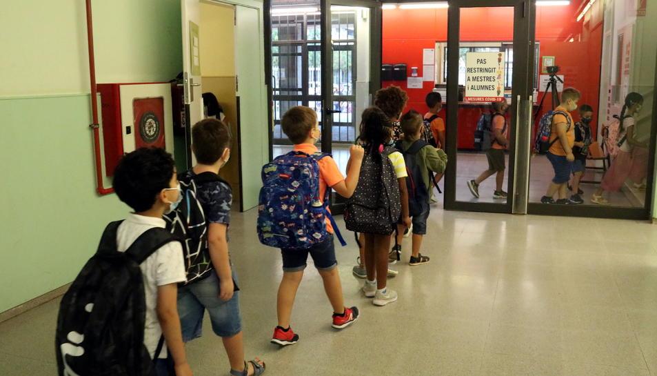 Alumnes entrant a l'escola Frederic Godàs de Lleida.