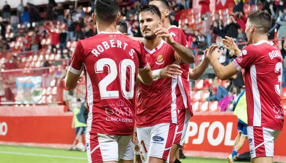 Joan Oriol celebra amb la resta de companys el gol anotat per Carbia contra el Sabadell.