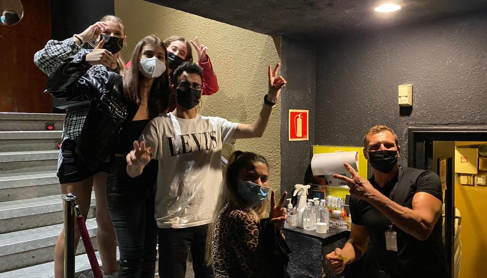 Imatge dels primers joves que van accedir a la discoteca Totem la nit del passat dijous.