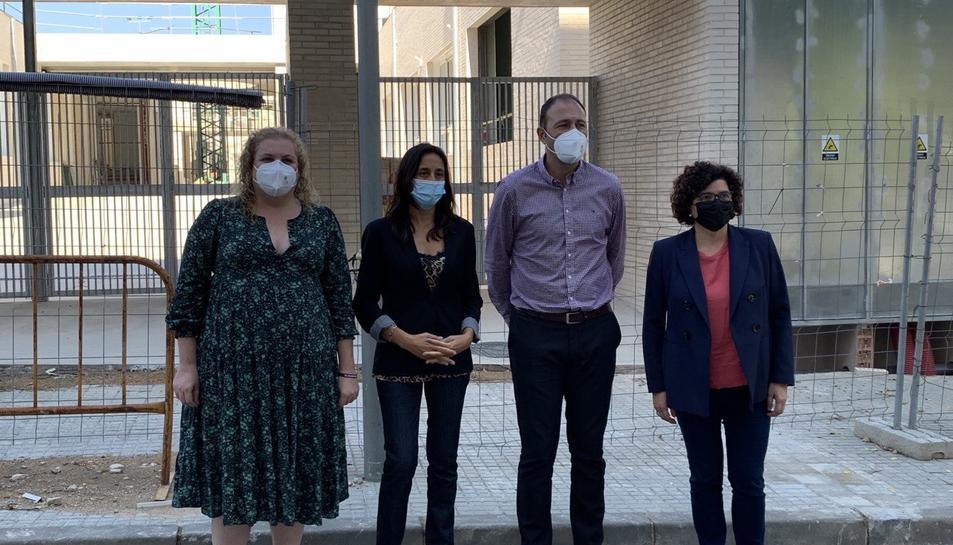 Imatge d'Esther Niubó i els representants del PSC tarragoní davant l'escola Arrabassada.
