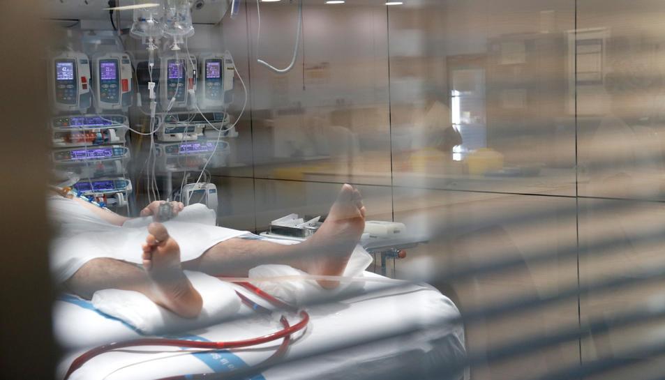 Un pacient ingressat a una UCI a causa de la covid-19.