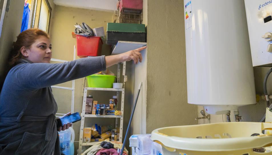 Sheila Trabalón assenyala la caldera elèctrica que va haver d'incorporar a casa seva.