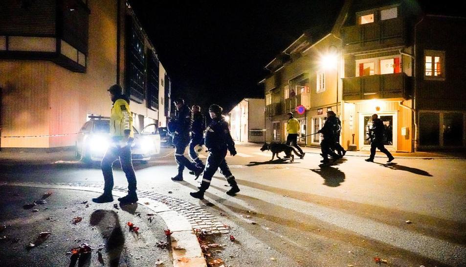Agents de policia patrullant la localitat de Kongsberg.