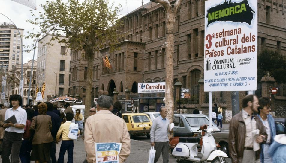 Cartell a la Rambla Nova de la 3a Setmana Cultural dels Països Catalans, dedicada a Menorca, abril de 1983.