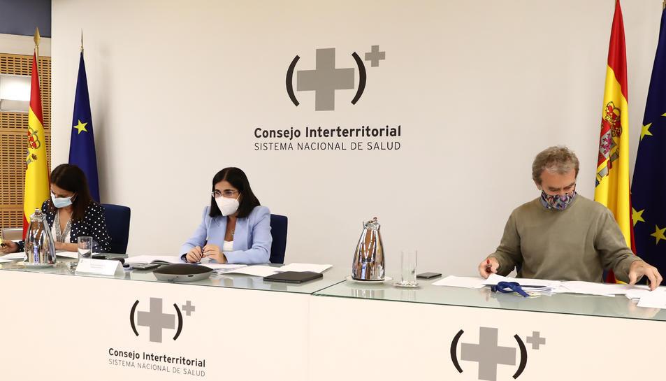 La ministra de Sanitat, Carolina Darias, flanquejada per la secretària d'Estat de Salut, Silvia Calzón, i pel director del CCAES, Fernando Simón, durant el Consell Interterritorial de Salut a Madrid.