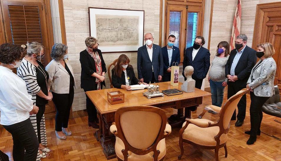 Imatge de la signatura del llibre d'honor al despatx de l'alcalde.