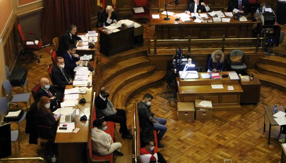 Pla general dels quatre acusats en el judici amb jurat a l'Audiència per matar i cremar una dona a Begues el 2017.