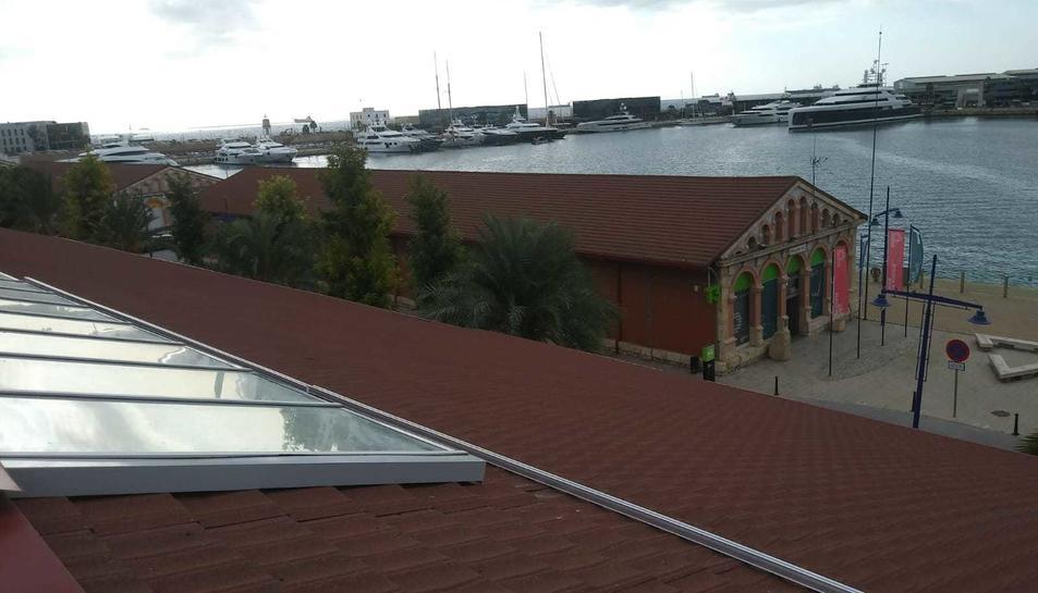 Imatge dels panells fotovoltaics a la coberta del museu.