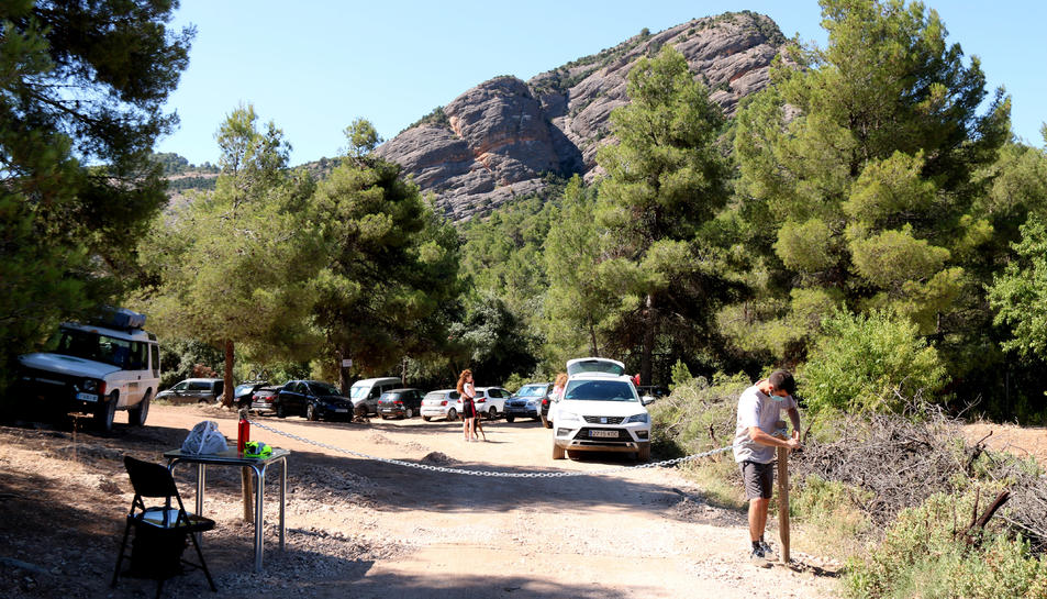 Un agent cívic tancant l'aparcament regulat de la zona de bany i espais naturals del riu Estrets i al Toll del Vidre.