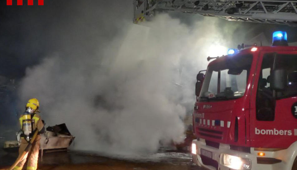 Els bombers van apagar l'incendi de matinada.