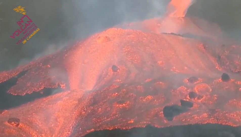 La lava ha trencat el con del volcà.