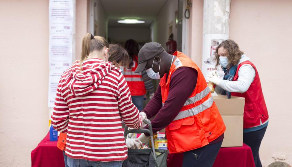 Imatge d'arxiu de repartiment d'aliments per part de Creu Roja.