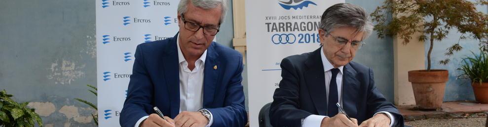 Instant de la signatura del conveni entre Josep Fèlix Ballesteros i Antoni Zabalza.