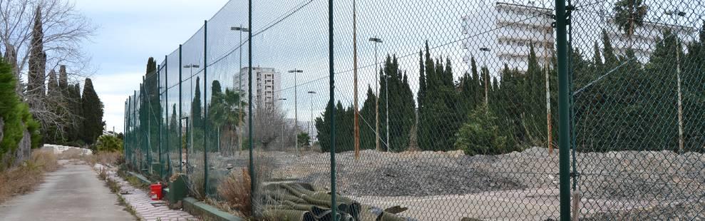 Les pistes de tennis encara es mantenen amb les tanques, els focus de llum i el terra.